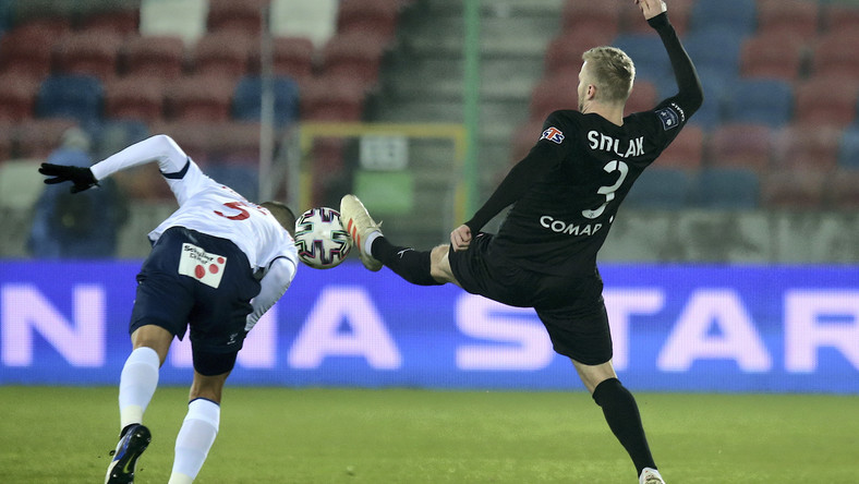 Piłkarz drużyny Górnik Zabrze Stefanos Evangelou (L) i Michal Siplak (P) z zespołu Cracovia podczas meczu Ekstraklasy