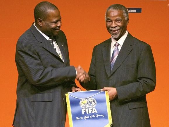Amos Adamu (levo)