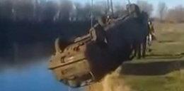 Wyciągnęli z rzeki zatopione auto. Nie mieli pojęcia, co wyskoczy z bagażnika! [FILM]