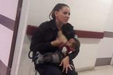 Policajka podojila bebu
