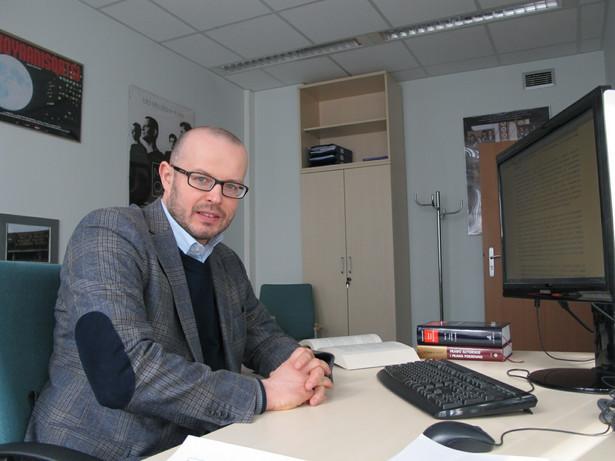 Dominik Skoczek, radca prawny, prowadzi kancelarię prawną specjalizująca się w prawie autorskim. Pełnomocnik Stowarzyszenia Filmowców Polskich.