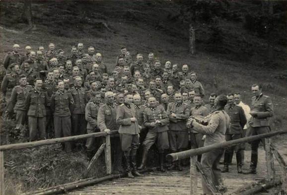 Nacistički oficiri u Aušvicu, načelu sa Hesom, Mengeleom, Kramerom, Heslerom i Baerom