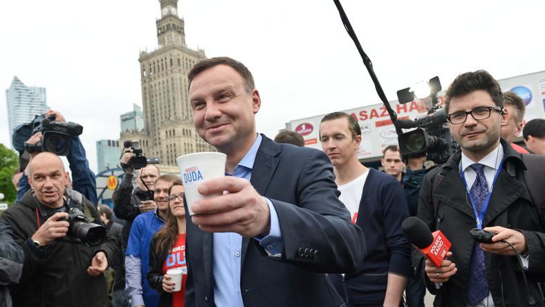 Duda, prowadzący w sondażach late polls przed Bronisławem Komorowskim, zapowiedział, że spotka się z Pawłem Kukizem w sprawie poparcia w drugiej turze. Wczoraj muzyk zapowiedział, że nie poprze nikogo. Jak mówił Duda, z Kukizem miał dotąd sympatyczną relację. Rozmowa będzie dotyczyła między innymi proponowanego przez tego kandydata obligatoryjnego referendum obywatelskiego.