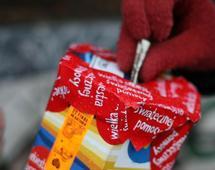 Serduszko, kubek lub przypinka od organizacji charytatywnej to dla innych znak, że pomagamy