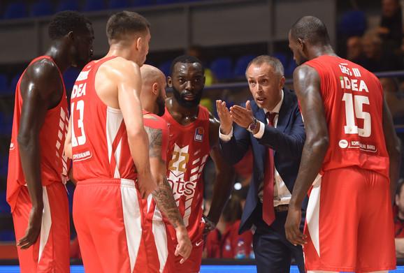 Milan Tomić u razgovoru sa igračima Crvene zvezde