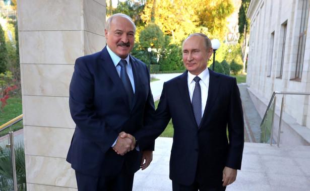 Tymczasem oczekiwania Kremla wobec Łukaszenki trafnie określił politolog Władimir Żarichin w rozmowie z telewizją Zwiezda, organem medialnym rosyjskiego ministerstwa obrony. – Jeśli chce pan cen, jak dla obwodu smoleńskiego, proszę oddać się pod zwierzchnictwo Moskwy – powiedział.