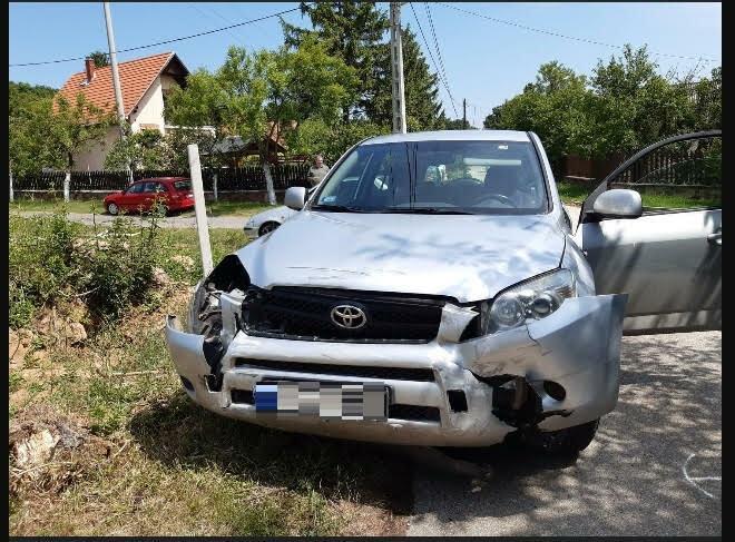 Donatella Toyotájának eleje alaposan összetört, valószínűleg sokáig lesz a javításokat végző autószerelőnél