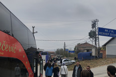 """LETI KAMENJE, LEZITE DOLE"" Dramatični snimci iz autobusa tokom napada albanskih ekstremista na Srbe (FOTO, VIDEO)"