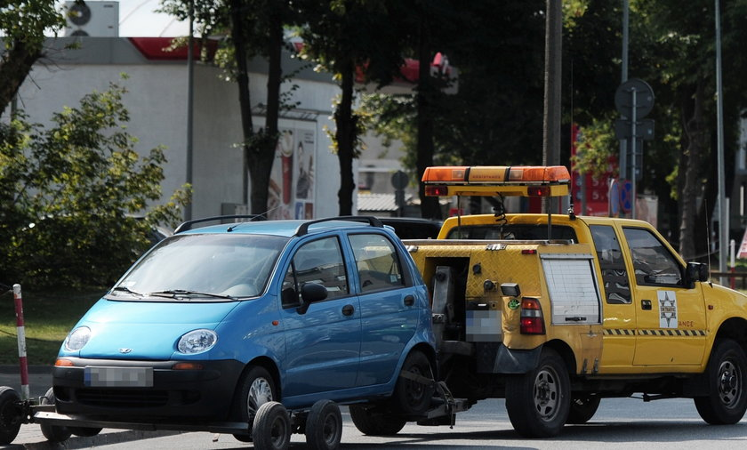 Straż Miejska holuje samochody na Służewcu.