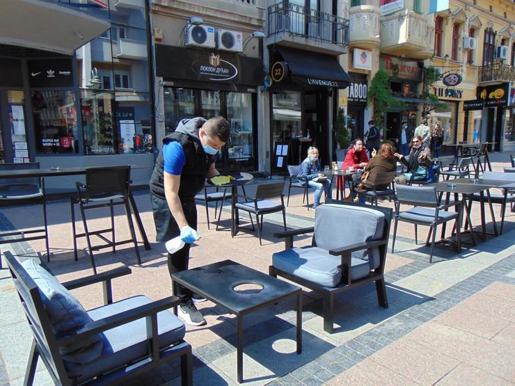 NIS05 Dezinfekcija stolova u kafeu Avenija 22 u Obrenovicevoj ulici posle svakog gosta foto Branko Janackovic preview