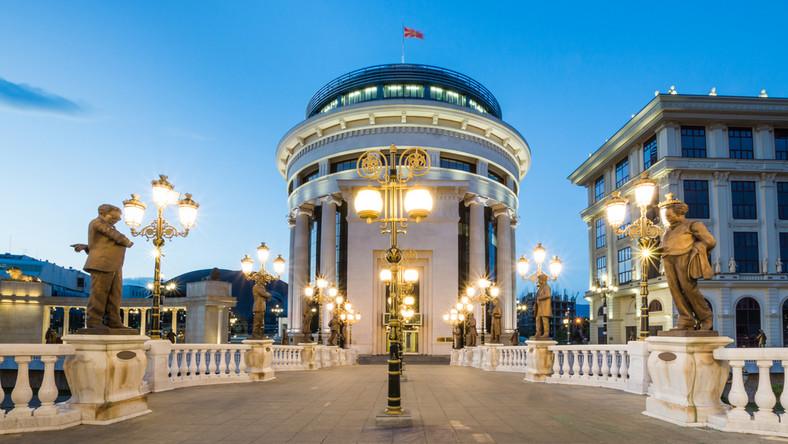 Skopje najtańszą europejską stolicą. Widok z mostu w centrum miasta