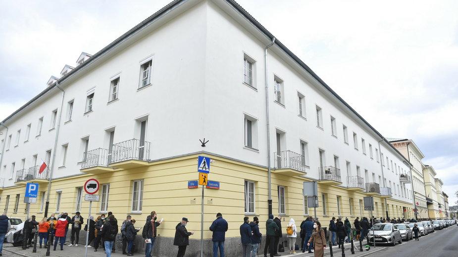 Kolejka do masowego punktu szczepień w Warszawie