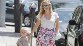Reese Witherspoon z synkiem na spacerze