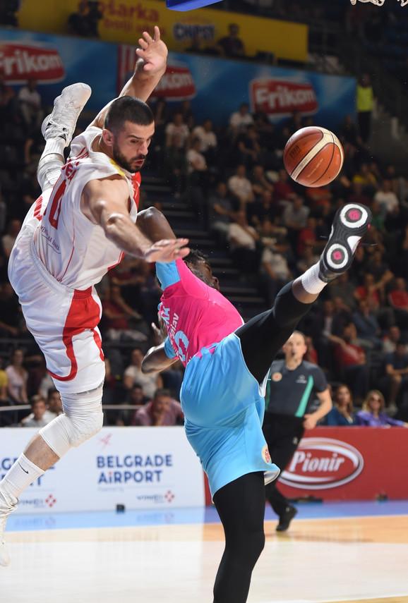 Branko Lazić je izblokirao Adama Mokoku i tom prilikom je povredio ruku