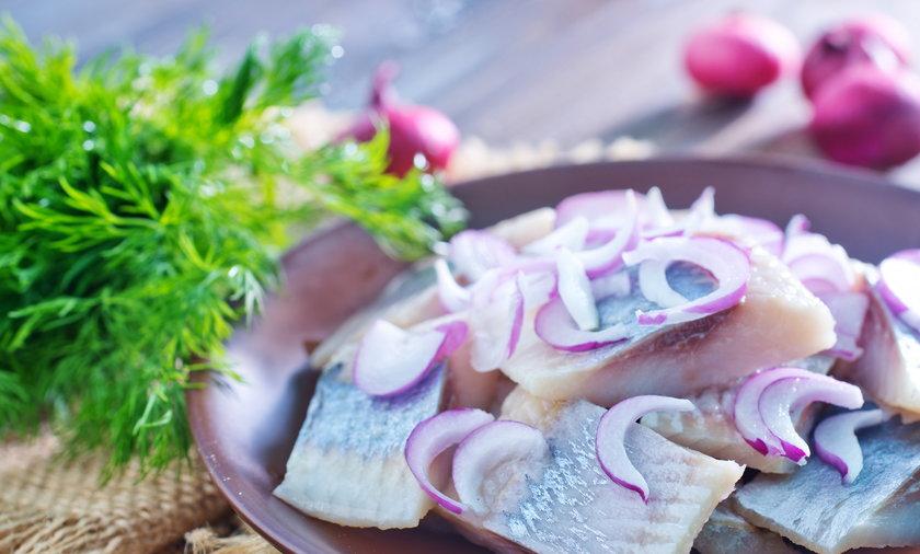 Bezkonkurencyjne są ryby. Potrzebne szarym komórkom kwasy tłuszczowe znajdziemy w śledziach. Inne źródła omega 3 to oleje rzepakowy i lniany, i oliwa. Wystarczą dwie łyżki dziennie