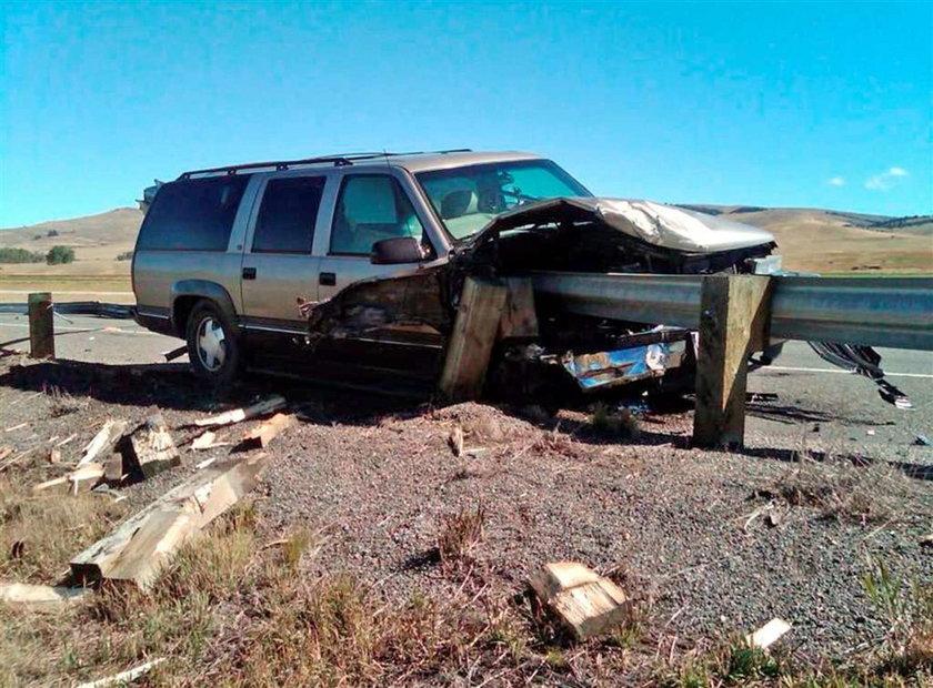 Barierka przebiła auto