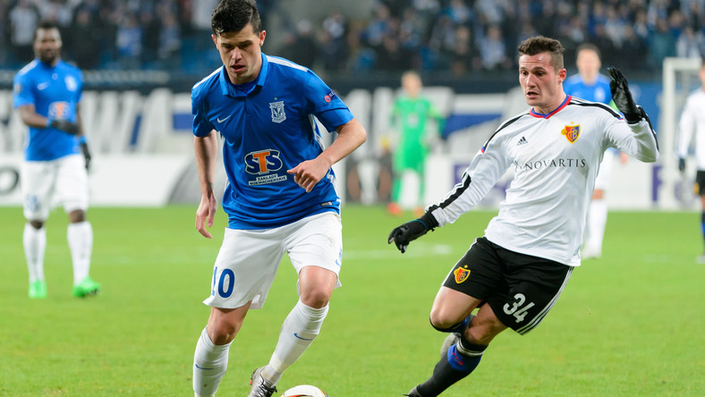 Darko Jevtic (L) z miejscowego Lecha i Taulant Xhaka (P) z FC Basel
