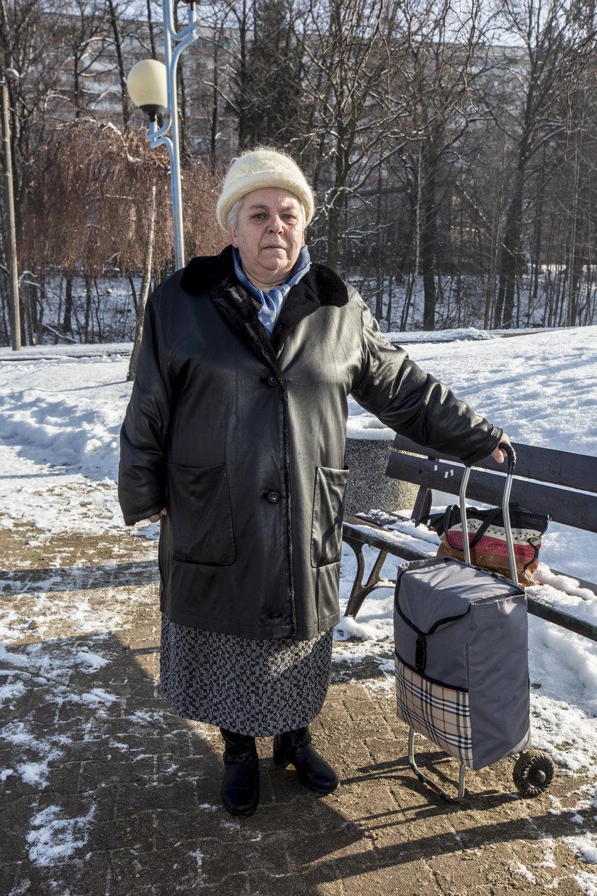 Janina Smętek skarży się, że przez bezdomnych musi czekać na autobus na mrozie