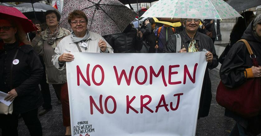 Realne równouprawnienie kobiet i mężczyzn to wymierne korzyści dla gospodarki. Nz. protest kobiet w Łodzi, październik 2017