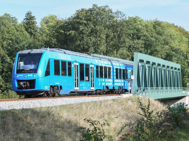 Niemiecki rząd wyznaczył sobie ambity plan, aby do roku 2030 pozbyć się składów z napędem spalinowym. Tymczasem za naszą zachodnią granicą lokomotywy spalinowe nadal obsługują 40 proc. niemieckich linii kolejowych. Nowy pociąg produkowany przez Alstom wpisuje się w politykę transportową rządu w Berlinie. 17 września pierwszy skład napędzany wodorem - Coradia iLint - rozpoczął regularne kursy na trasie w Dolnej Saksonii.