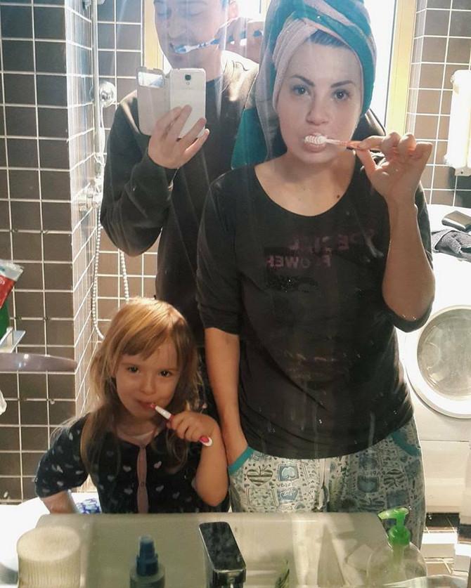 Naša mala porodica je sve radila zajedno, zajedno smo prali zube, doručkovali, gledali crtaće...
