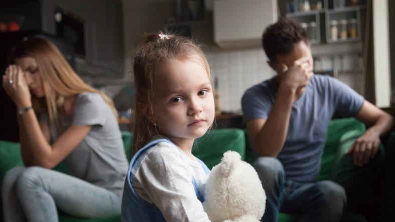 Smutni rodzice i dziecko