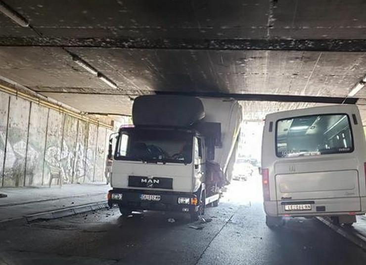 zaglavljen kamion leskovac