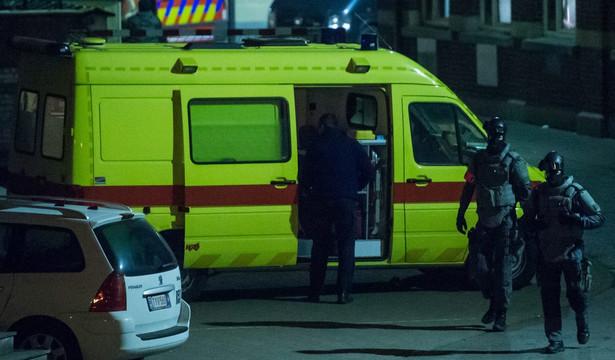 Belgijska policja wspierana przez wojsko i siły specjalne otoczyła po południu jeden z domów w imigranckiej dzielnicy Molenbeek