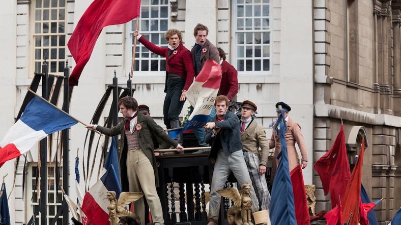 """Po oscarowym """"Jak zostać królem"""" brytyjski reżyser Tom Hooper ma na długie lata zapewnione stanowisko speca od historycznych dramatów. Zrealizowani przez niego """"Nędznicy"""" mogliby przejść do historii kina i stanąć obok wcześniejszych adaptacji arcypowieści Victora Hugo, zwłaszcza tej z 1958 roku, z Jeanem Gabinem w roli Jeana Valjeana. Niestety """"Les Misérables. Nędznicy"""" są filmową adaptacją musicalowej wersji książki"""