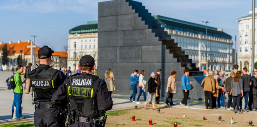 """Chory apel dra Jabłońskiego o sikanie na pomnik smoleński. """"Zgłosiło się kilkunastu odważnych"""""""
