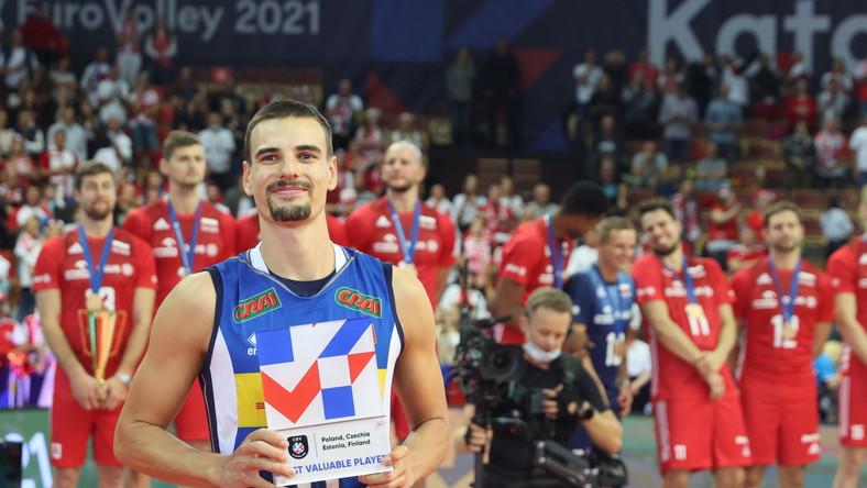 Włoch Simone Giannelli z nagrodą dla MVP po wygranym finale mistrzostw Europy siatkarzy nad reprezentacją Słowenii