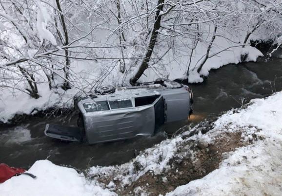 Automobil se prevrnuo i sleteo u reku