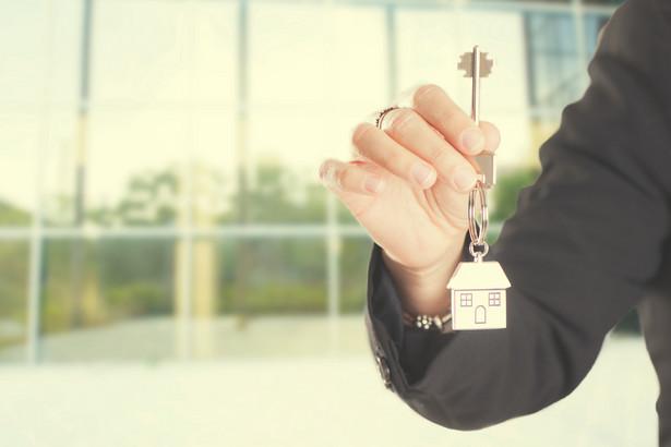 Zawierając umowę najmu, dokonuje się wyboru pomiędzy zaliczkowym lub ryczałtowym sposobem rozliczenia opłat eksploatacyjnych oraz pomiędzy zamkniętym lub otwartym katalogiem usług objętych tymi opłatami.