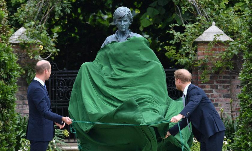 Wzruszająca scena. William i Harry pojednali się pod pomnikiem mamy.