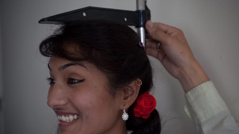 Mierzenie wzrostu jednej z kandydatek na Miss Nepalu
