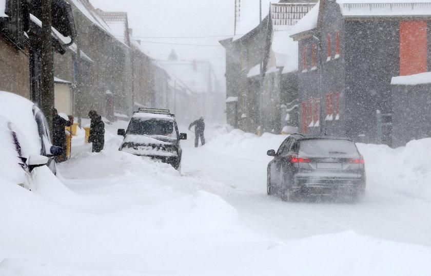 Śnieżne zamiecie i siarczysty mróz sparaliżowały wiele miast w Europie.