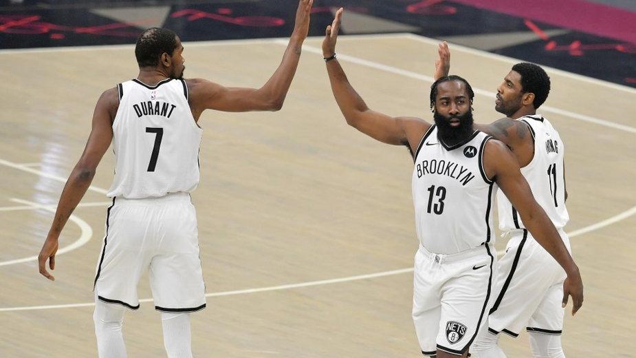 Kevin Durant, James Harden i Kyrie Irving w meczu z Cleveland Cavaliers, 20.01.2021 r.