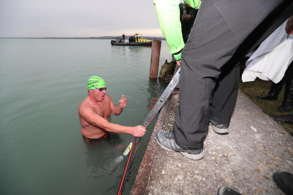 Dezsőt láthatóan megviselte a húsz perc úszás/ Fotó: Zsolnai Péter