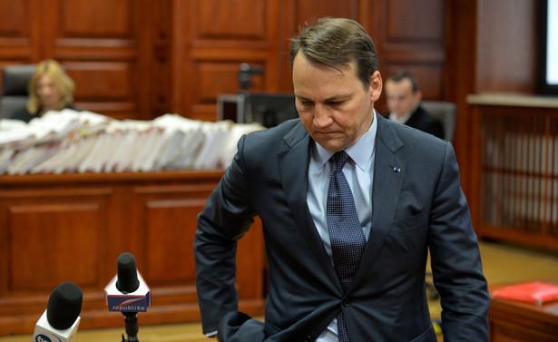 Sikorski jest świadkiem w procesie Tomasza Arabskiego i innych urzędników, oskarżonych w trybie prywatnym przez część rodzin ofiar katastrofy smoleńskiej o niedopełnienie obowiązków przy organizacji wizyty prezydenta Lecha Kaczyńskiego w Katyniu 10 kwietnia 2010 r.