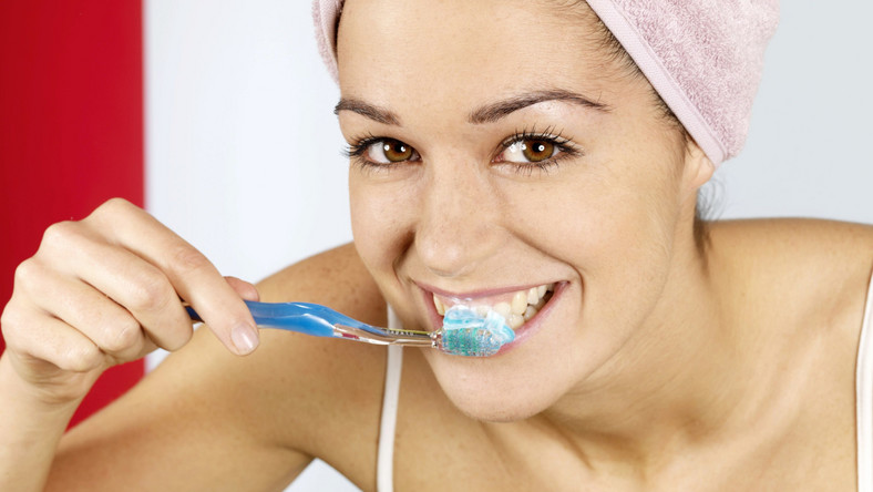 Zęby to nie wanna, nie wymagają nerwowego szorowania, a odpowiedniej pielęgnacji - przekonują dentyści. Aby zapewnić sobie zdrowy uśmiech, wolny od próchnicy, warto poznać techniki, dzięki którym stają się one rzeczywiście czyste. - To nie super szczoteczka czy super pasta sprawiają, że nasze zęby są umyte, ale umiejętność używania tych dwóch narzędzi. Pomaga dobrze skomponowany rytuał pielęgnacyjny, składający się nawet z 4-5 technik szczotkowania - zauważa lek. stom. Wojciech Fąferko z Dentim Clinic w Katowicach