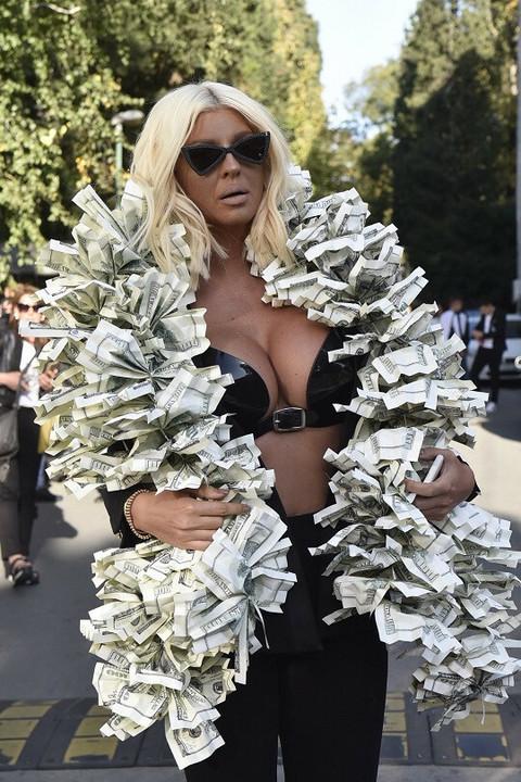 Juče se ogrnula novcem, a danas Jelena Karleuša prošetala dubok dekolte i pokazala bradavice! Video