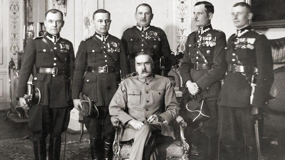 Józef Piłsudski w towarzystwie oficerów, 1930 rok