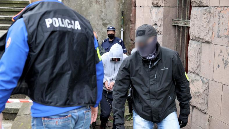Oskarżony (2P) w związku z zabójstwem 11-letniego Sebastiana z Katowic jest wyprowadzany z Sądu Rejonowego w Sosnowcu