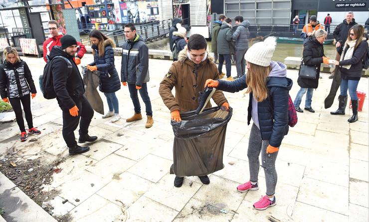 Vredni đaci osme beogradske gimnazije čistili su deo obale na Savi