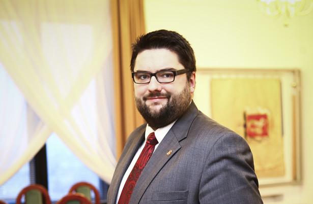 Jarosław Jóźwiak zajmuje się w stołecznym ratuszu m.in. nieruchomościami i zarządzaniem kryzysowym