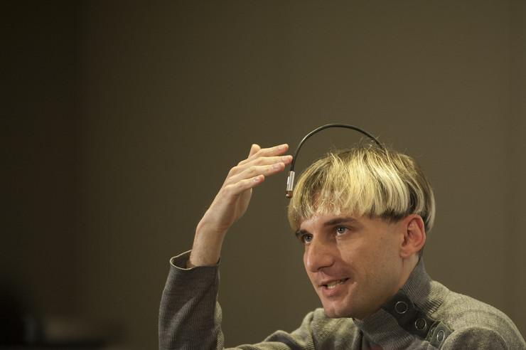 Kiborg sa antenom na glavi