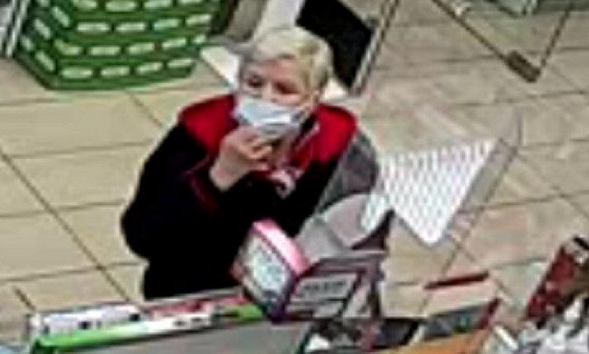 Policja poszukuje seniorki, która dokonała kradzieży portfela.