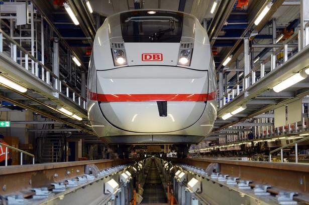 Nowy pociąg ICE 4 ma 350 metrów długości i może przewozić 830 pasażerów. Pociąg zużywa 22 procent mniej energii w porównaniu do swojego poprzednika z pierwszej generacji, jest jednak znacznie wolniejszy od swojego poprzednika z trzeciej generacji. ICE 4 osiąga maksymalną prędkość 250 km/h, podczas gdy jego bezpośredni poprzednik w wersji 3 rozwijał prędkość ponad 300 km/h fot. EPA / MAURIZIO GAMBARIN DOSTAWCA: PAP / EPA.