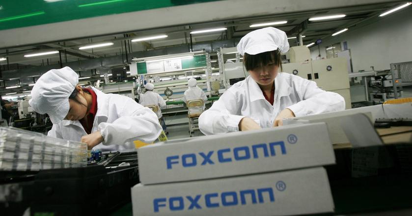 Pracownicy montujący telefony w zakładach Foxconn
