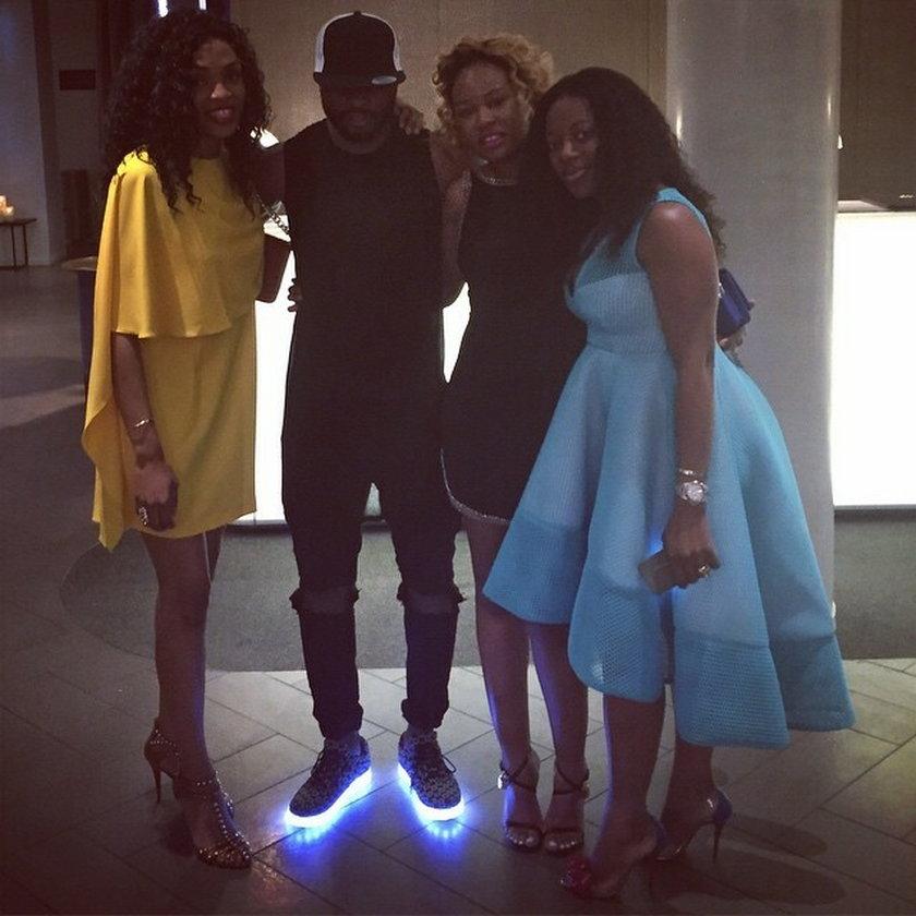 Alex Song na imprezie w świecących butach!